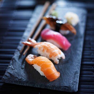 Fototapet diverse sushi nigiri på skiffer