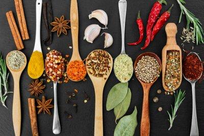 Fototapet Doftande kryddor och kryddor på svart bakgrund.