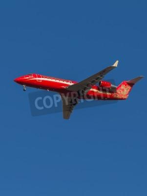 Fototapet Domodedovo - 17 mars 2015: Red passagerarflygplan Bombardier (Canadair) CRJ-200 flygbolag Ruslayn Airlines landar på Domodedovo flygplats 17 mars 2015, Domodedovo, Moscow Region, Ryssland