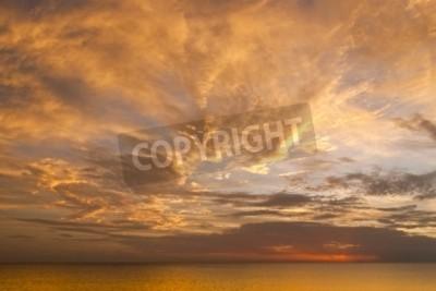 Fototapet Dramatisk solnedgång himmel med moln över havet