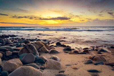 Fototapet Dramatisk solnedgång på den klippiga kusten