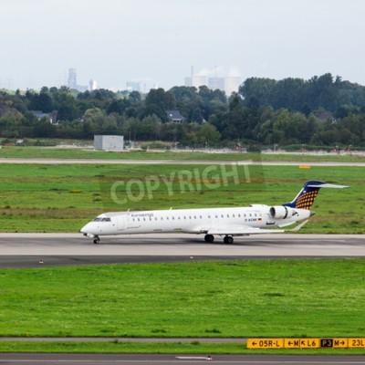 Fototapet Düsseldorf - 5 september, 2015: Eurowings Bombardier CRJ-900 NG anländer till Dusseldorf International Airport.