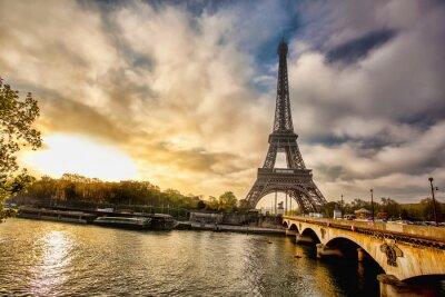 Fototapet Eiffeltornet med båt på Seine i Paris, Frankrike
