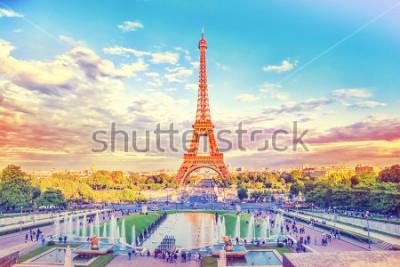 Fototapet Eiffeltornet och fontänen på Jardins du Trocadero, Paris, Frankrike. Resor bakgrund med retro vintage instagramfilter