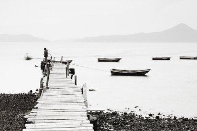 Fototapet Ensam brygga längs kusten, låg mättnad bild.