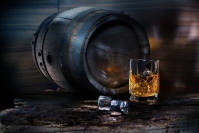 Fototapet Ett glas whisky med is på bakgrunden fat