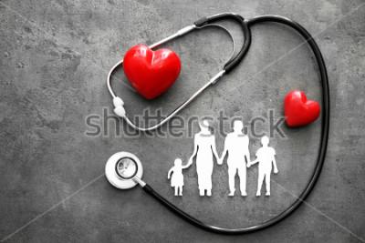 Fototapet Familj-figur, röda hjärtan och stetoskop på grå bakgrund. Sjukvårdskoncept