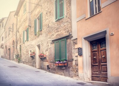Fototapet Fängslande gata i gamla Montepulciano