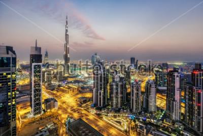 Fototapet Fantastisk flygfoto över Dubai, Förenade Arabemiraten, vid solnedgången. Futuristisk arkitektur av en stor modern stad i dramatiskt ljus. Färgglada nattskylten. Resor bakgrund.