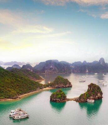 Fototapet Fantastiska resmål i Asien - Halong Bay exotiska havet och öarna i norra Vietnam