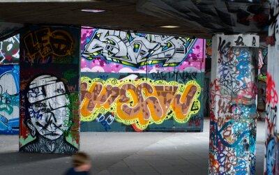 Fototapet färgglad graffiti under en bro