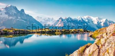Fototapet Färgglatt sommar panorama över Lac Blanc sjön med Mont Blanc (Monte Bianco) på bakgrunden, Chamonix plats. Vacker utomhus scen i Vallon de Berard naturreservat, Graian Alps, Frankrike, Europa.