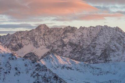 Fototapet Färgrik berg solnedgång panorama på vintern i High Tatras
