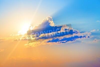 Fototapet Färgrik solnedgång. Scenisk sky med moln och ljusa solen.