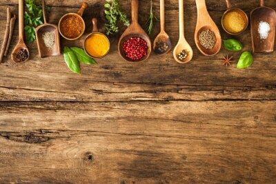 Fototapet Färgrika kryddor på träbord