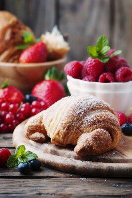 Fototapet Färsk croissant med blandning av bär