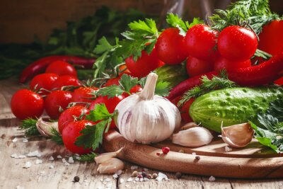Fototapet Färsk vitlök, körsbärstomater, gurka, peppar, persilja, di