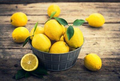 Fototapet Färska citroner på den rustika tale