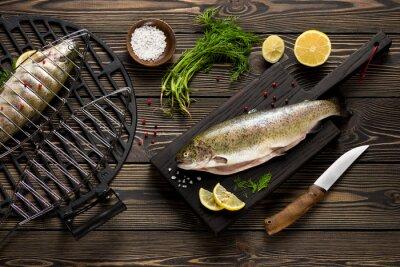 Fototapet Färska hela öring fiskar beredd att grilla ovanifrån
