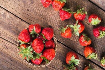 Fototapet Färska röda jordgubbar på gammalt trä bakgrund
