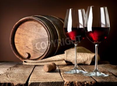 Fototapet Fat och vinglas rött vin på ett träbord