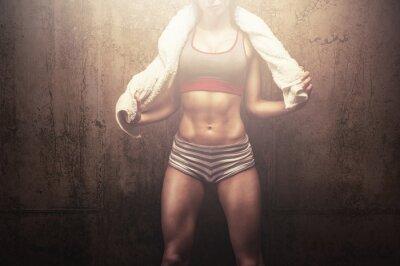 Fototapet Fitness kvinna efter hård träning utbildning håller vit sport handduk