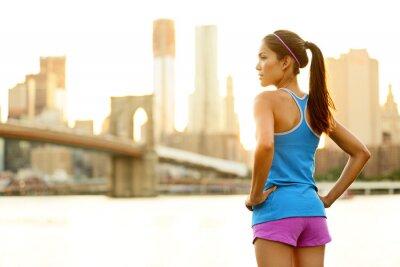 Fototapet Fitness kvinna löpare avkopplande efter stad igång