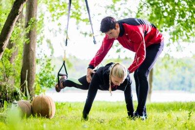 Fototapet Fitness och idrott - par att Slingtraining
