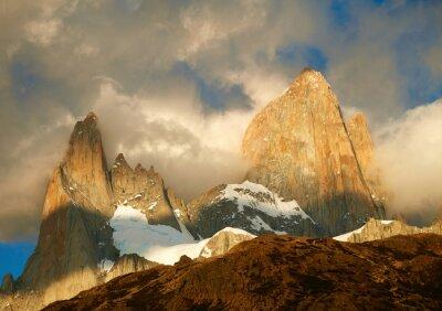 Fototapet Fitz Roy berget i soluppgång ljus. Los Glaciares National Par