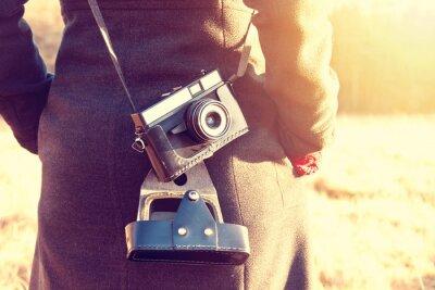 Fototapet Flicka med retro vintage kamera.