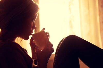 Fototapet flicka och kaffe på morgonen