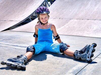 Fototapet Flicka rider på rullskridskor.