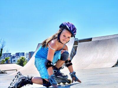 Fototapet Flicka rider på rullskridskor i skatepark.