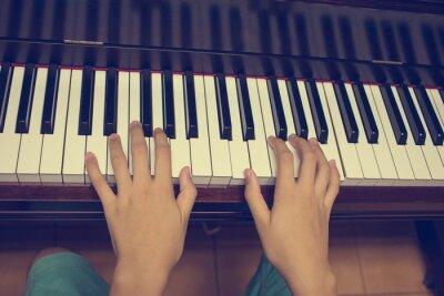 Fototapet Flickans händer på tangentbordet på pianot: Vintage filter