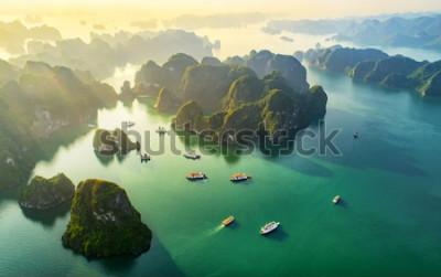 Fototapet Flyg- svävande fiskeläge och stenö, Halong Bay, Vietnam, Sydostasien. UNESCO: s världsarvslista. Skräpbåtkryssning till Ha Long Bay. Populärt landmärke, berömd destination i Vietnam