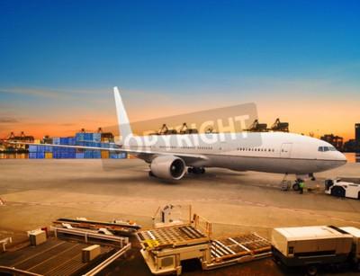 Fototapet flygfrakt och fraktflygplan lastning handelsvaror i flygplats container parkeringsplats användning för sjöfarten och luftfart logistikbranschen