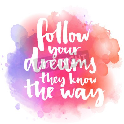 Fototapet Följ dina drömmar, de vet vägen. Inspirera citationstecken om livet och kärleken. Modern kalligrafi text, handskriven med pensel på rosa och orange vattenfärg stänk bakgrund med bokehs.