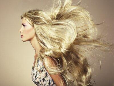 Fototapet Foto av vacker kvinna med magnifik hår