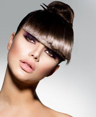 Fototapet Frans. Mannekäng flicka med trendiga frisyr