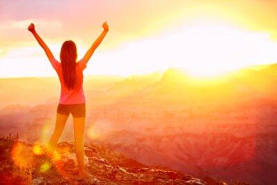 Fototapet Frihet och äventyr - kvinna lycklig, Grand Canyon