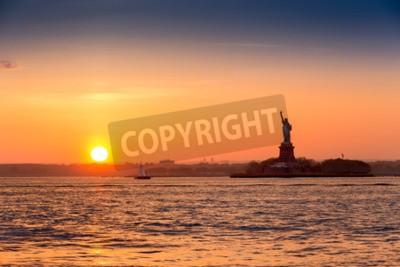 Fototapet Frihetsgudinnan i solnedgången sett från Brooklyn New York