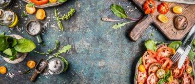Fototapet Friska vegetarisk sallad gör förberedelser med tomater på lantlig bakgrund, ovanifrån, baner, textutrymme
