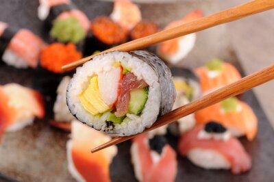 Fototapet Futomaki sushi innehas av pinnar
