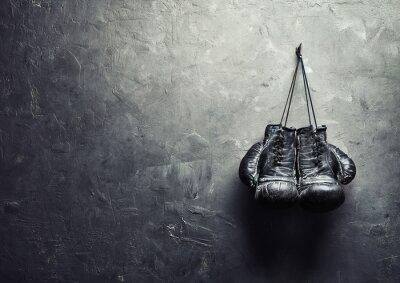 Fototapet gamla boxhandskar hänga på spiken textur vägg