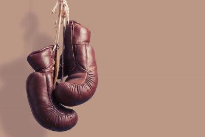 Fototapet Gamla boxhandskar hängande