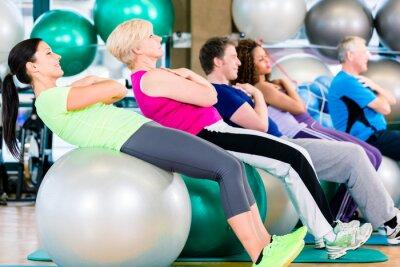 Fototapet Gamla och unga människor i pris på gymmet