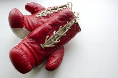Fototapet gamla röda och vita boxhandskar på en ljus bakgrund