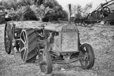 Fototapet Gamla rostiga veterantraktor detalj i svart och vitt
