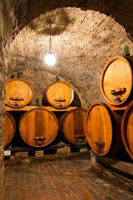 Fototapet Gamla traditionella mörka vinkällare med stora träfat