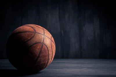 Fototapet Gammal basket boll på en svart bakgrund